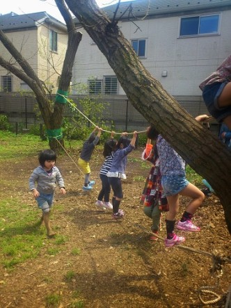 ロープ遊びも木登りも、その子が「やりたい」と感じれば、高さやゆらゆら揺れる不安定さも「面白さ」になります。やりたいことに安心して挑戦できるよう、見守ってあげてくださいね。