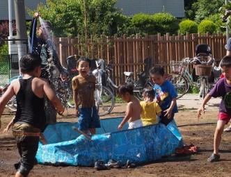 炎天下、プールに水をためはじめると、待ちきれない子たちが集まってきて…