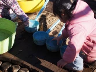帰りにいろんなものに水を入れて置いておくと、寒い朝にはたくさんの氷が。