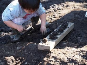 土をさわる。